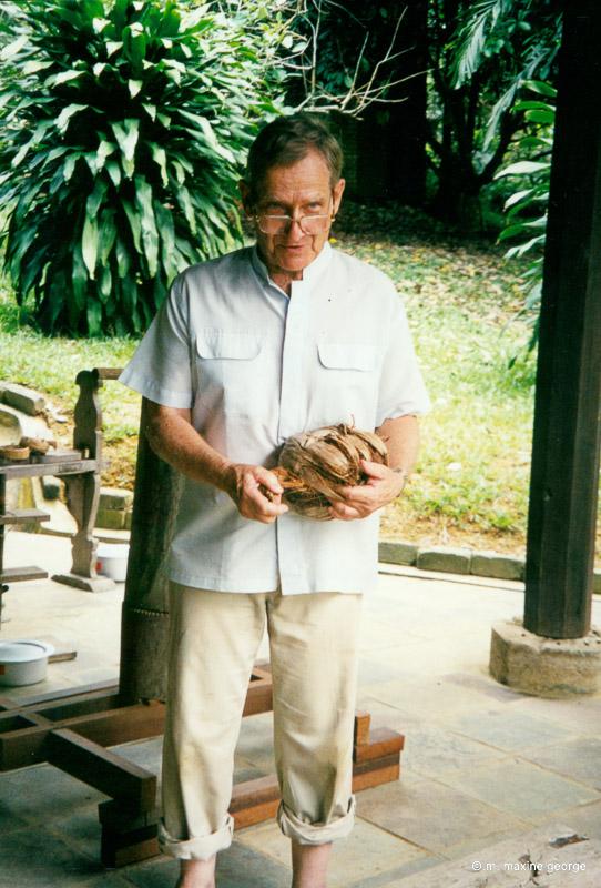 Dato' Rudin Salinger explains how to open a coconut. Rudinara Malaysia